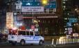 Veículo do Departamento de Polícia de Nova York bloqueia acesso à Ponte do Brooklyn. Novo caso envolvendo policiais e vítimas desarmadas será levado a grande júri