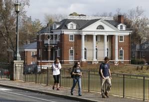 Estudantes caminham em frente a fraternidade onde membros foram acusados de estupro coletivo Foto: Steve Helber / AP