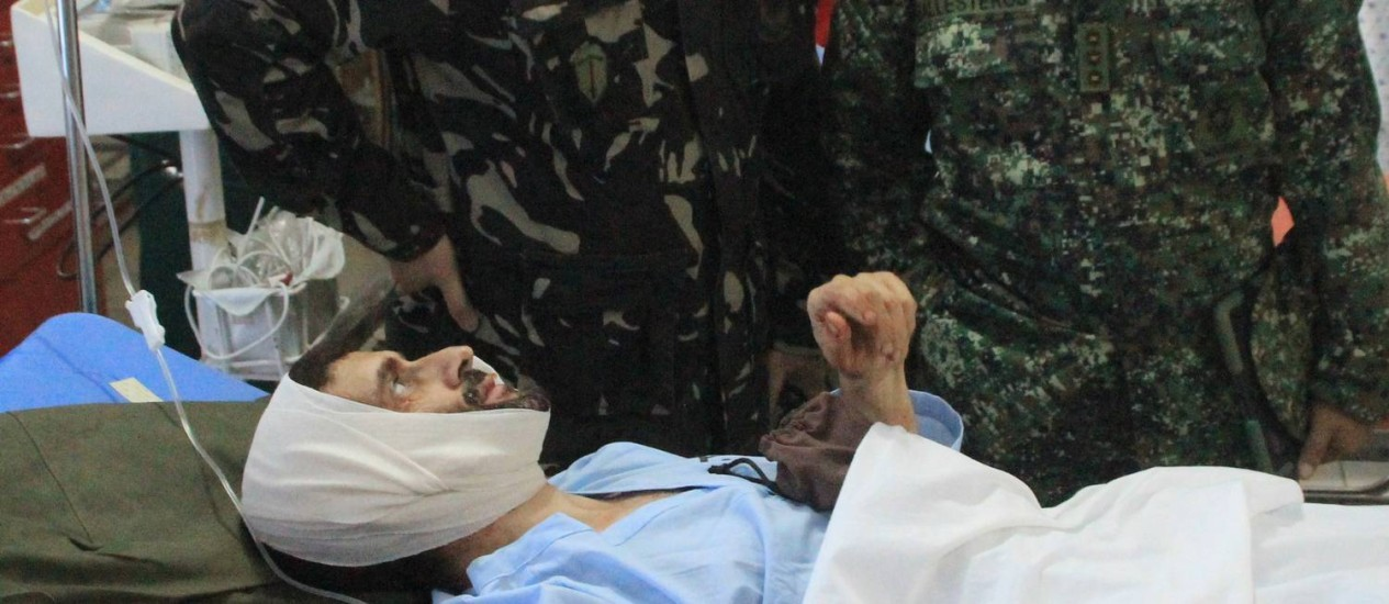 Vinciguerra conversa com militares enquanto recebe tratamento em um hospital filipino Foto: Forças armadas das Filipinas / AP