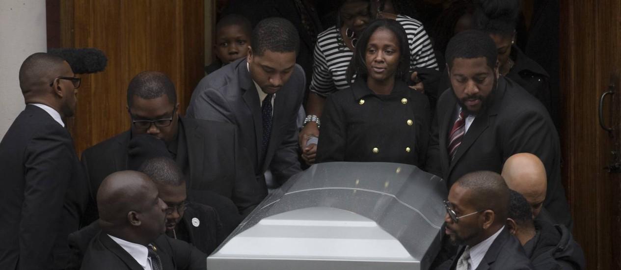 No centro, Kimberly Michelle Ballinger carrega o caixão de seu companheiro, no the Brooklyn, em Nova York Foto: John Minchillo/AP