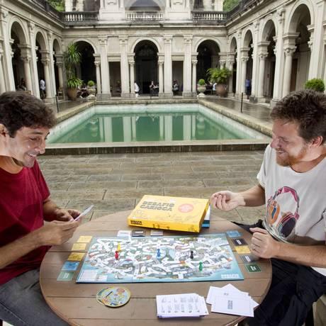Luiz André Alzer (à esquerda) e Bruno Drummond, dois dos criadores do Desafio Carioca, que nasceu de pesquisas e papos regados a cerveja Foto: Fernando Quevedo