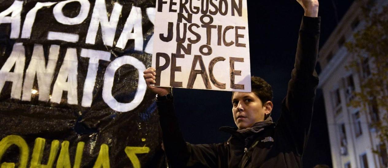 Manifestantes seguram cartaz no final da manifestação contra morte de adolescente pela polícia Foto: LOUISA GOULIAMAKI / AFP