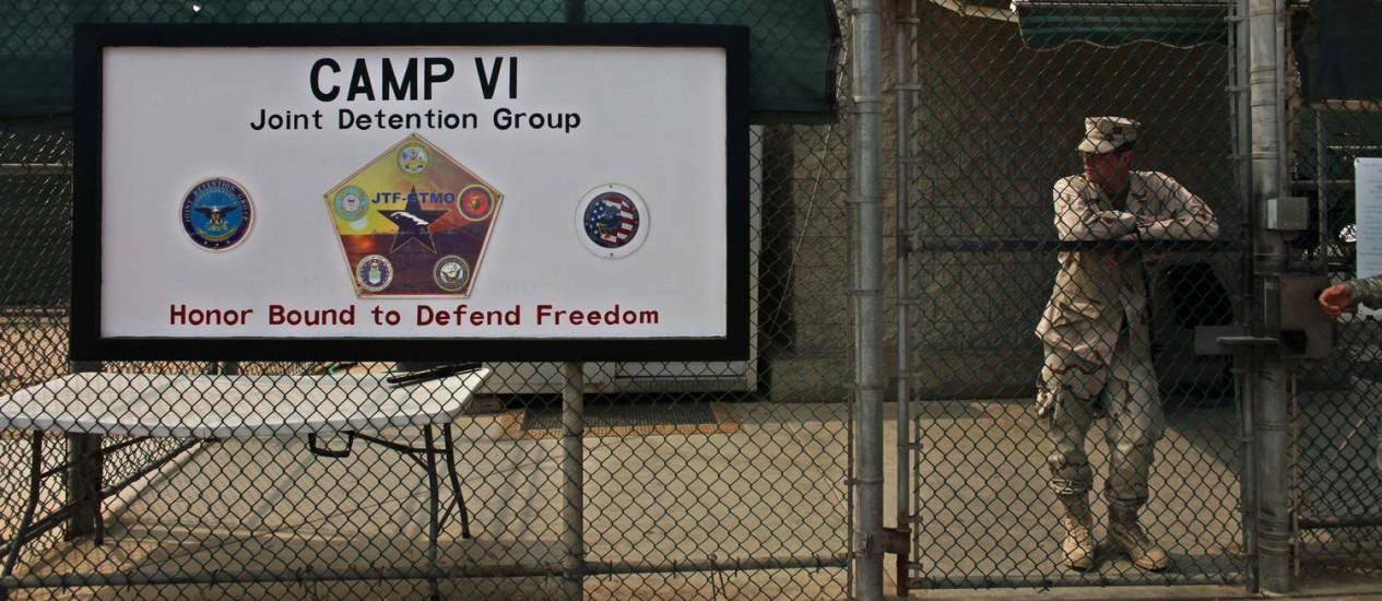 Soldado monta guarda na entrada do portão da frente para o Campo 6 de Guantánamo Foto: Brennan Linsley / AP