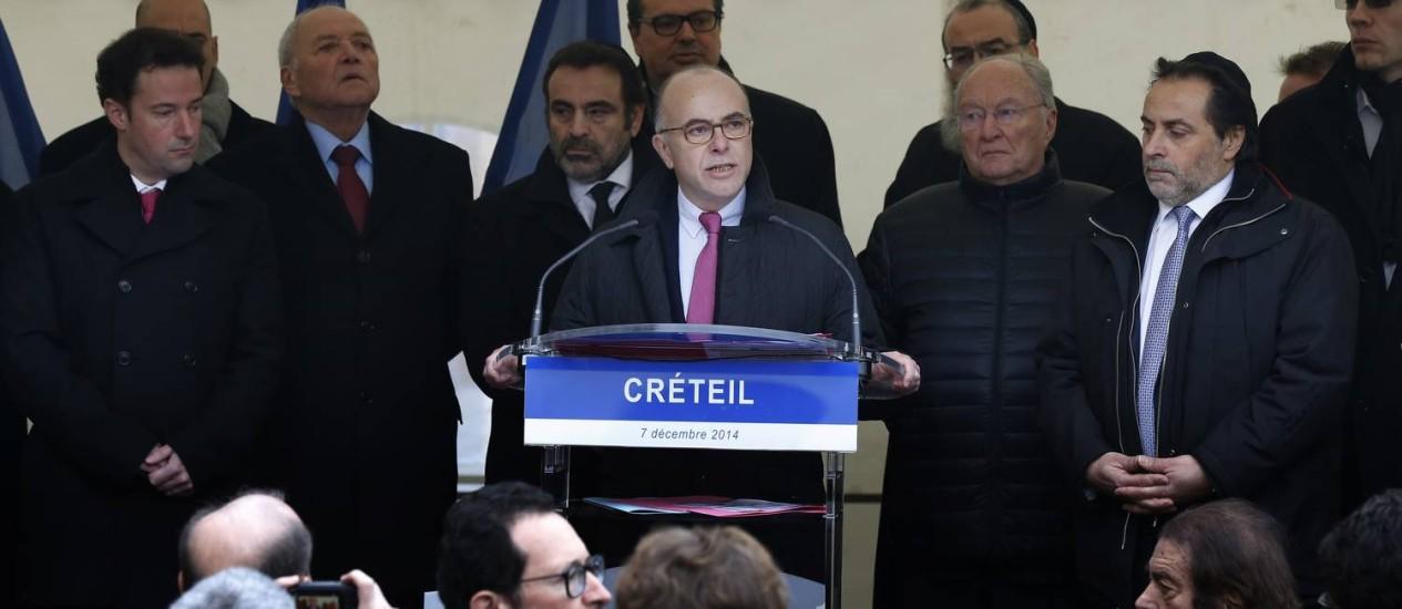O ministro Bernard Cazeneuve durante uma manifestação contra o antissemitismo em Paris Foto: Thomas Samson / AFP