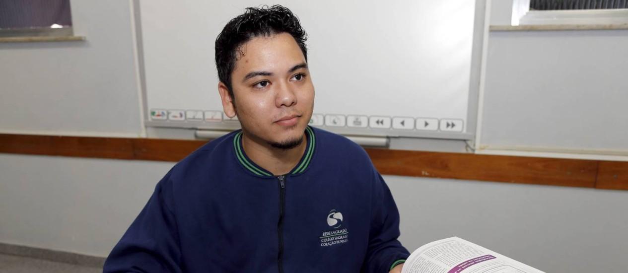O estudante Sergio Domingos que completou ensino medio ate os 19 anos em 2013 no Colégio Sagrado Coraçao de Maria Foto: Cezar Loureiro/Agência O Globo