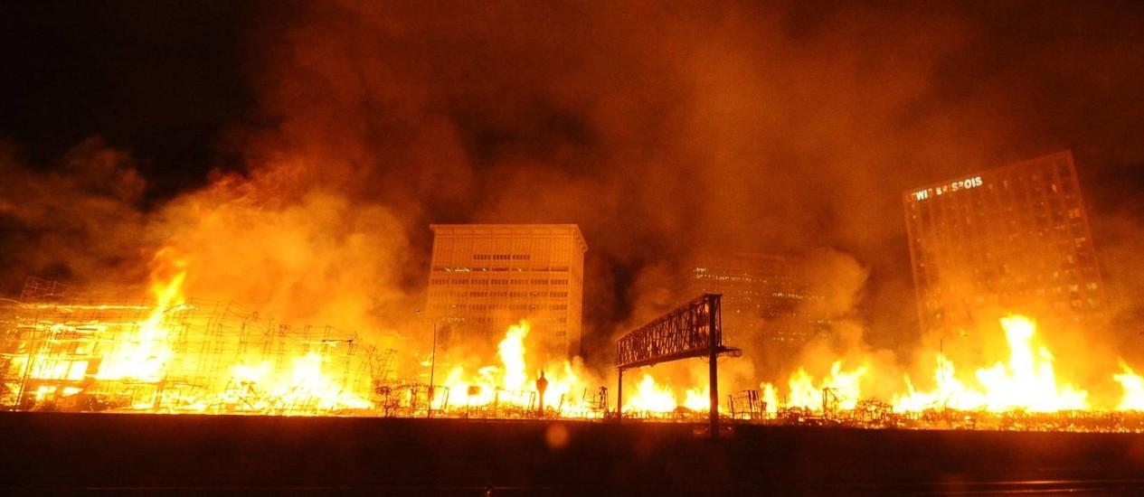 As chamas se espalham durante um grande incêndio em Los Angeles Foto: GENE BLEVINS / REUTERS