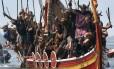 Moradores da Catoira, na Galiza, noroeste da Espanha, simulam embarcação viking