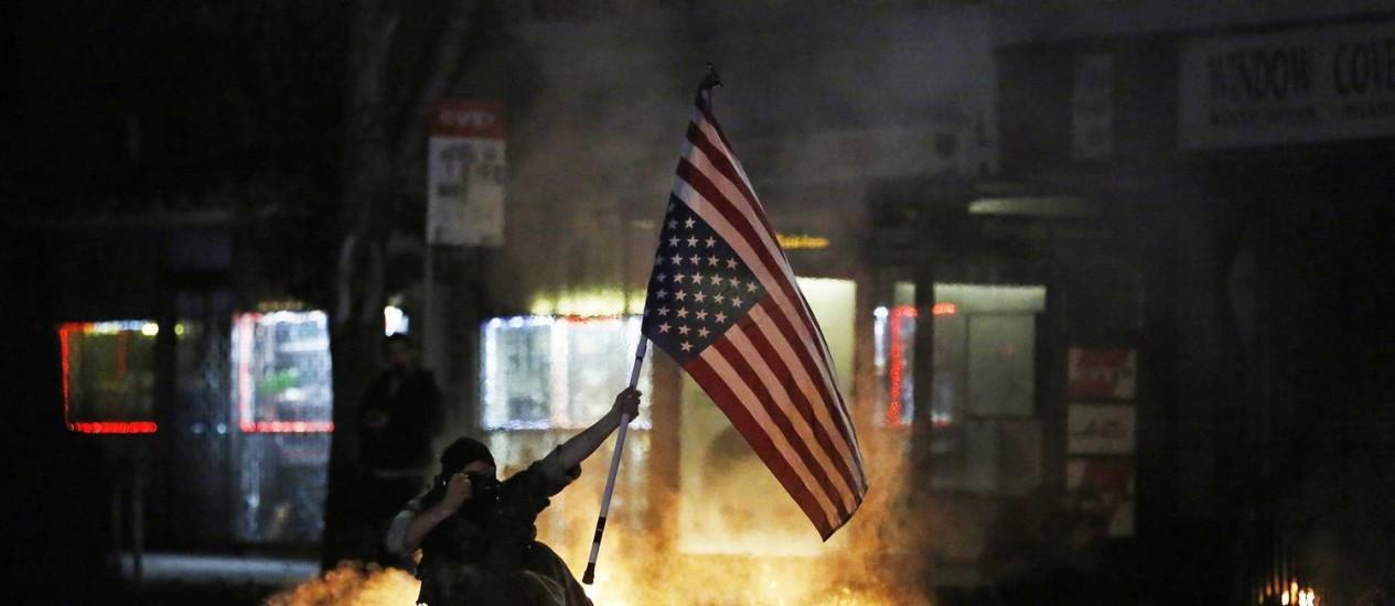 Manifestante durante protestos em Berkeley, na Califórnia. Promotor de Nova York quer levar todos os casos de pessoas desarmadas mortas por policiais a julgamento Foto: STEPHEN LAM / REUTERS