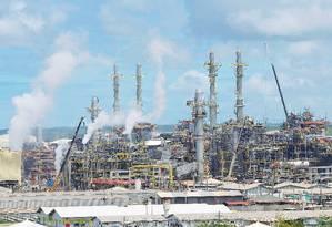 Refinaria Abreu e Lima, em Ipojuca (PE), é uma das oito colocadas à venda pela Petrobras Foto: Hans von Manteuffel / O Globo