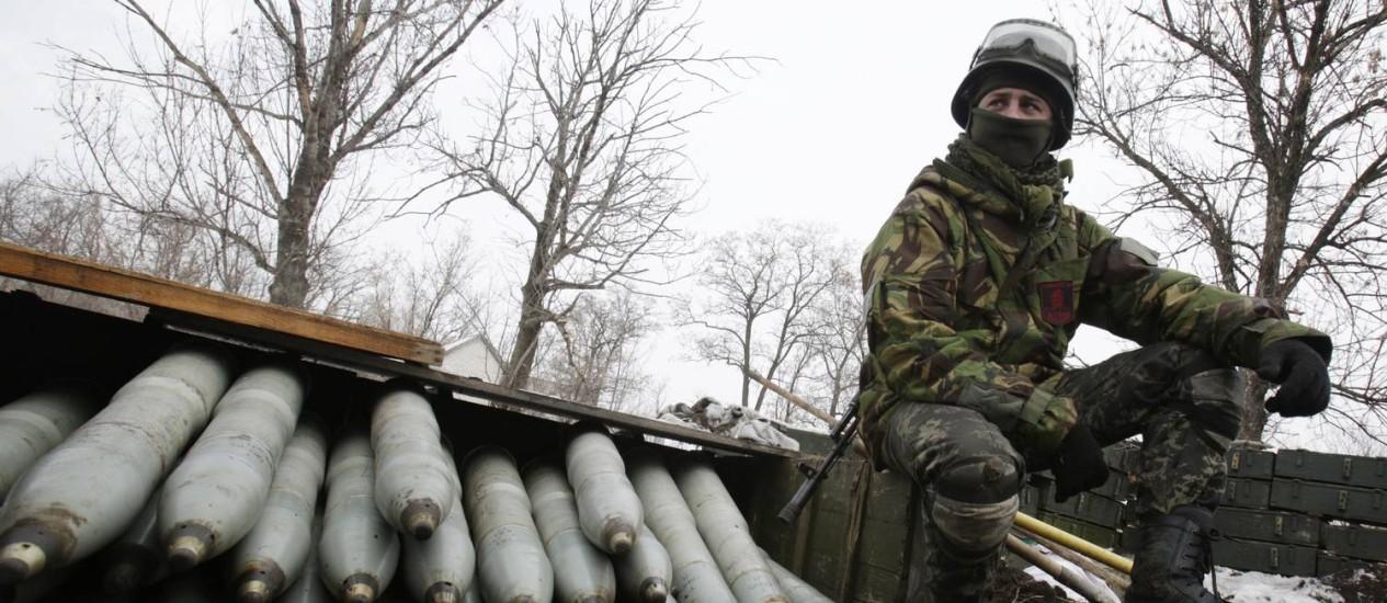 Membro da artilharia ucraniana nas proximidades de Donetsk. Rebeldes separatistas e tropas do governo terão um dia de trégua nesta terça-feira Foto: ANATOLII STEPANOV / AFP