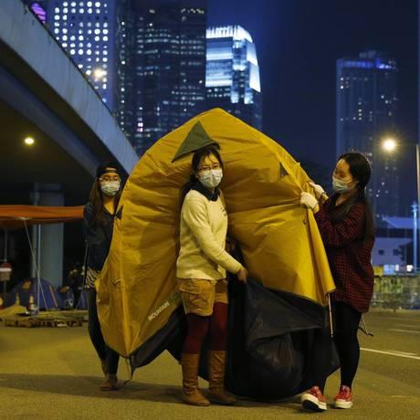 Manifestantes pró-democracia movem barraca no distrito financeiro de Hong Kong Foto: Kin Cheung / AP