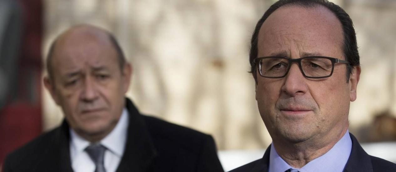 François Hollande e Jean-Yves Le Drian, ministro da Defesa, revelam libertação de último refém francês em terras estrangeiras Foto: Ian Langsdon / REUTERS