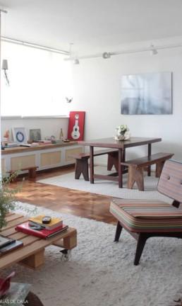 Mesa com bancos e poltrona herdados Foto: Histórias de Casa