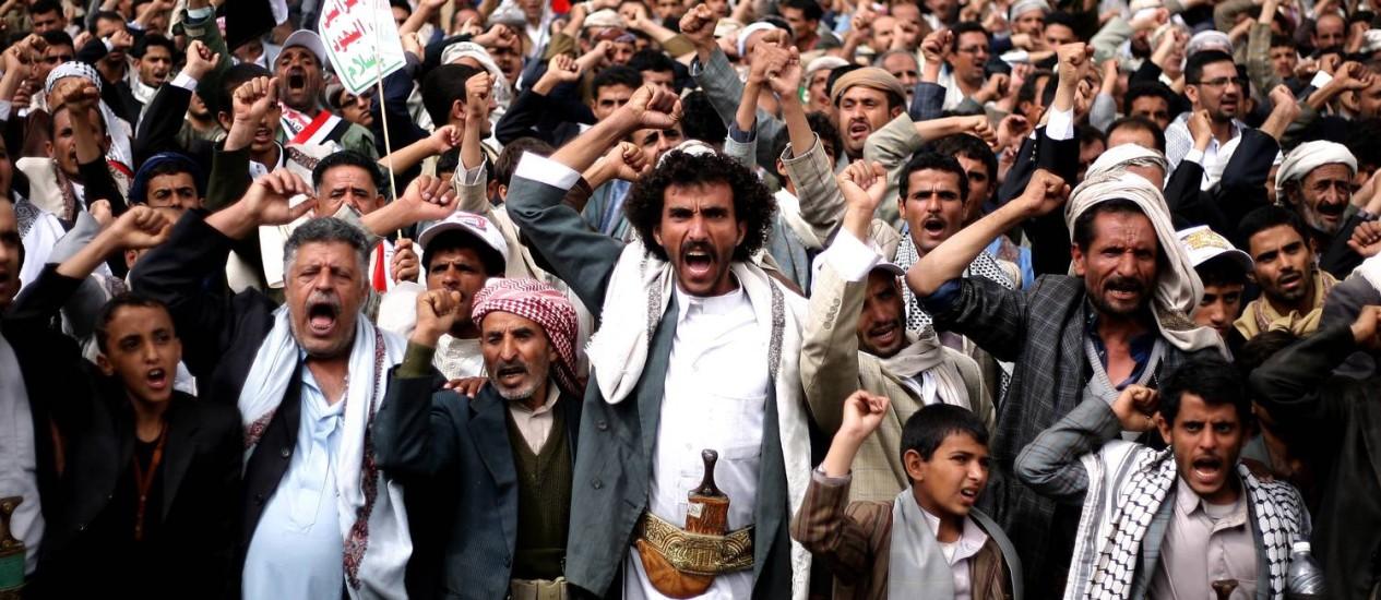 Rebeldes xiitas durante protesto em Sanaa. Países do Golfo Pérsico exigiram que milícias abandonem a capital e as instalações militares e devolvam armamaento apreendido durante a ofensiva Foto: Abdullrhman Huwais / AP