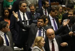 Deputado Mendonça Filho (DEM-PE) tenta obstruir a votação Foto: Ailton de Freitas / Agência O Globo