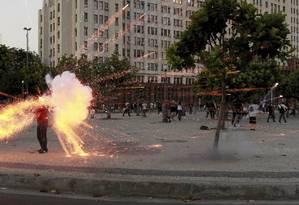 Em protesto no Centro do Rio, cinegrafista Santiago Andrade é atingido por rojão e morre em decorrência dos ferimentos Foto: Domingos Peixoto / Agência O Globo