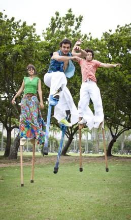 Pernas de pau criadas pelo coletivo pernalta, que participa dos ensaios da Orquestra Voadora, no MAM Foto: Bárbara Lopes / Agência O Globo