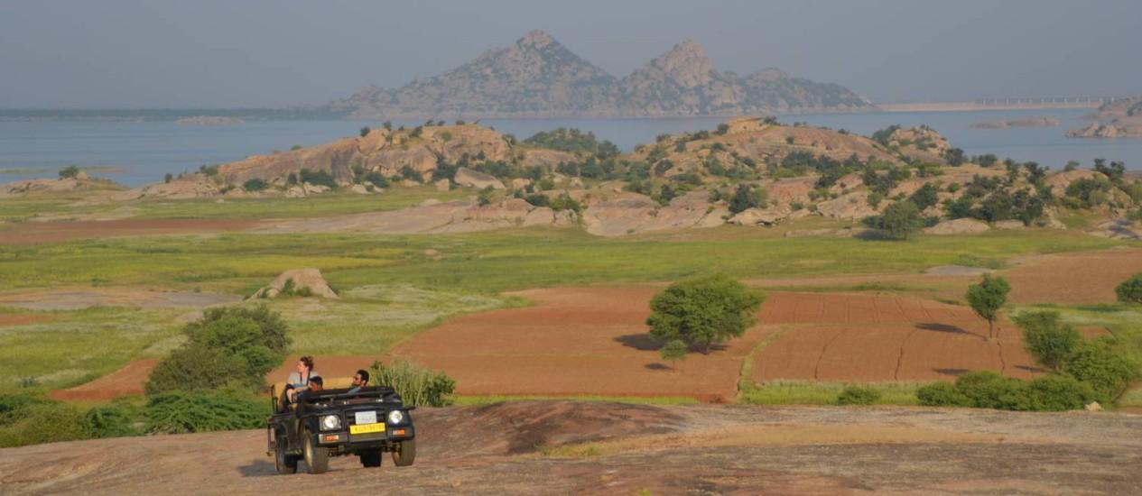 Grupo busca leopardos durante safári em Jawai Foto: Agência O Globo / Mari Campos