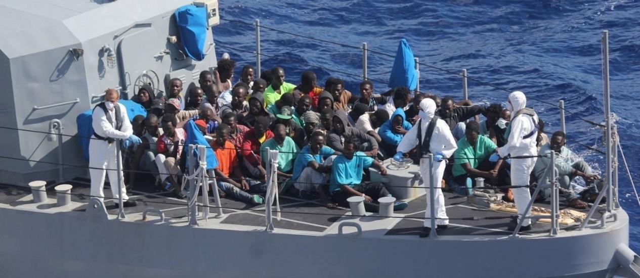 Imigrantes africanos são conduzidos por barco das Forças Armadas de Malta, em outubro. Número de imigrantes cruzando o Mediterrâneo atingiu recorde em 2014 Foto: AP