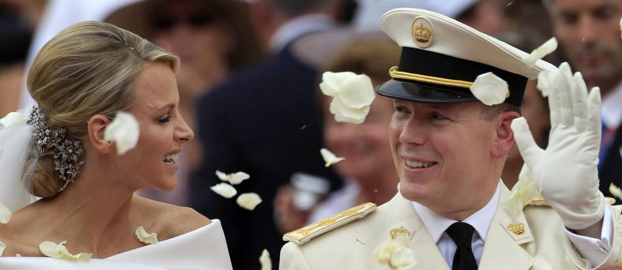 Principe Albert II e a princesa Charlene de Mônaco durante seu casamento em 2011. Casal teve gêmeos nesta quarta-feira Foto: Jean Paul Pelissier / AP