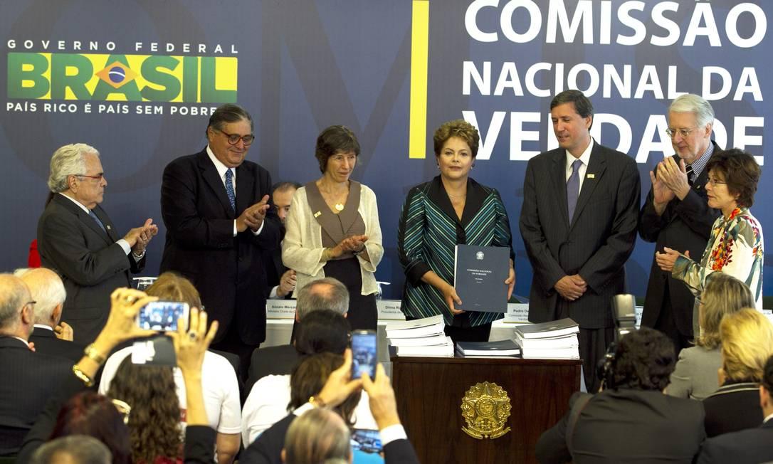 Membros da Comissão Nacional da Verdade apresentam o relatório para a presidente Dilma Foto: Jorge William / Agência O Globo