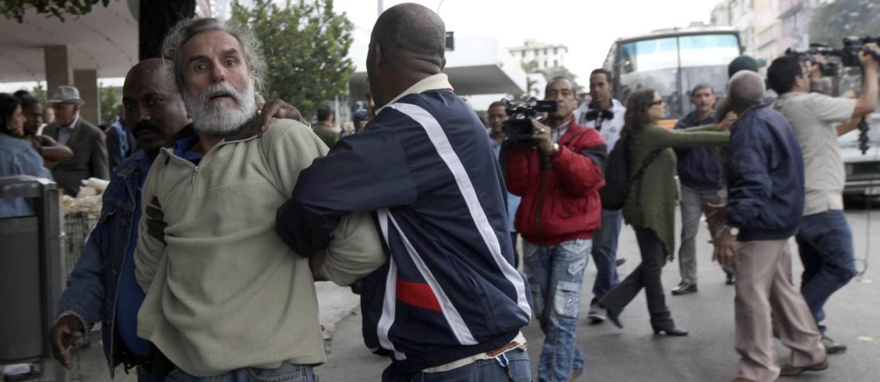 Manifestantes são detidos por agentes da segurança cubana durante ato pelo Dia Internacional de Direitos Humanos Foto: ENRIQUE DE LA OSA / REUTERS
