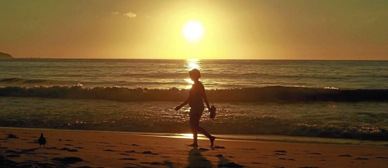 Amanhecer na Praia de Copacabana: sem bloqueios atmosféricos, chuva pode baixar os termômetros em janeiro, mas calor dominará o resto da estação Foto: Gabriel de Paiva