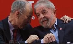 Rui Falcão conversa com o ex-presidente Lula Foto: André Coelho / Agência O Globo