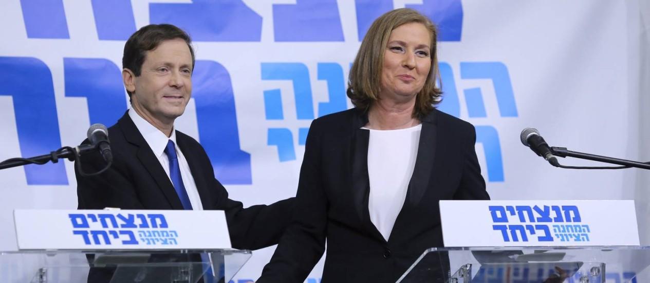 Isaac Herzog, líder do Partido Trabalhista, e ex-ministra Tzipi Livni apertam as mãos após apresentação de aliança que concorrerá às eleições parlamentares de março Foto: STRINGER / REUTERS