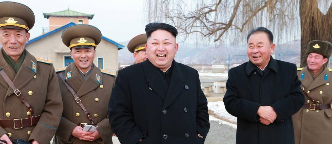 Kim Jong-un e militares visitam instalações do exército norte-coreano Foto: KCNA via KNS / AFP