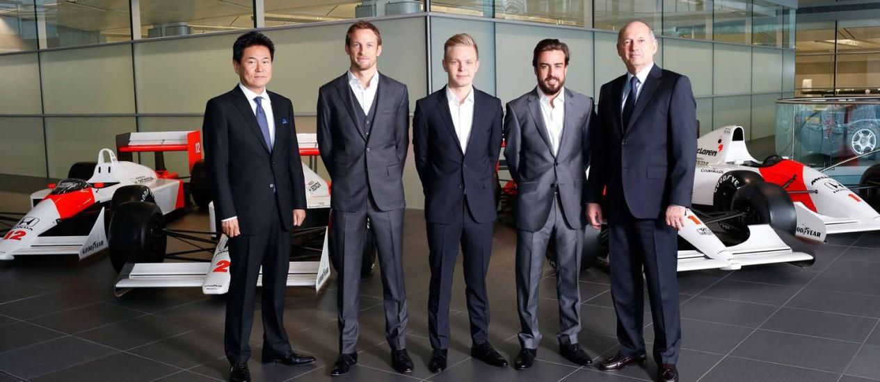 McLaren. O diretor esportivo da Honda, Yasuhisa Arai (à esquerda), Jenson Button, Kevin Magnussen, Fernando Alonso e o diretor executivo da McLaren Automotive, Ron Dennis, na apresentação da equipe para 2015 Foto: - / AFP/McLaren Honda/Divulgação