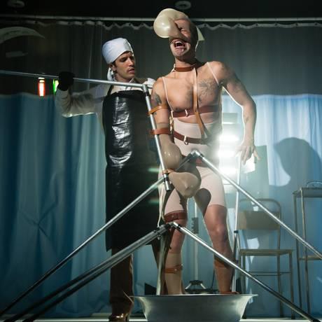 O médico e o monstro. Davi de Carvalho e Vandré Silveira em cena da peça Foto: Divulgação/Rodrigo Castro