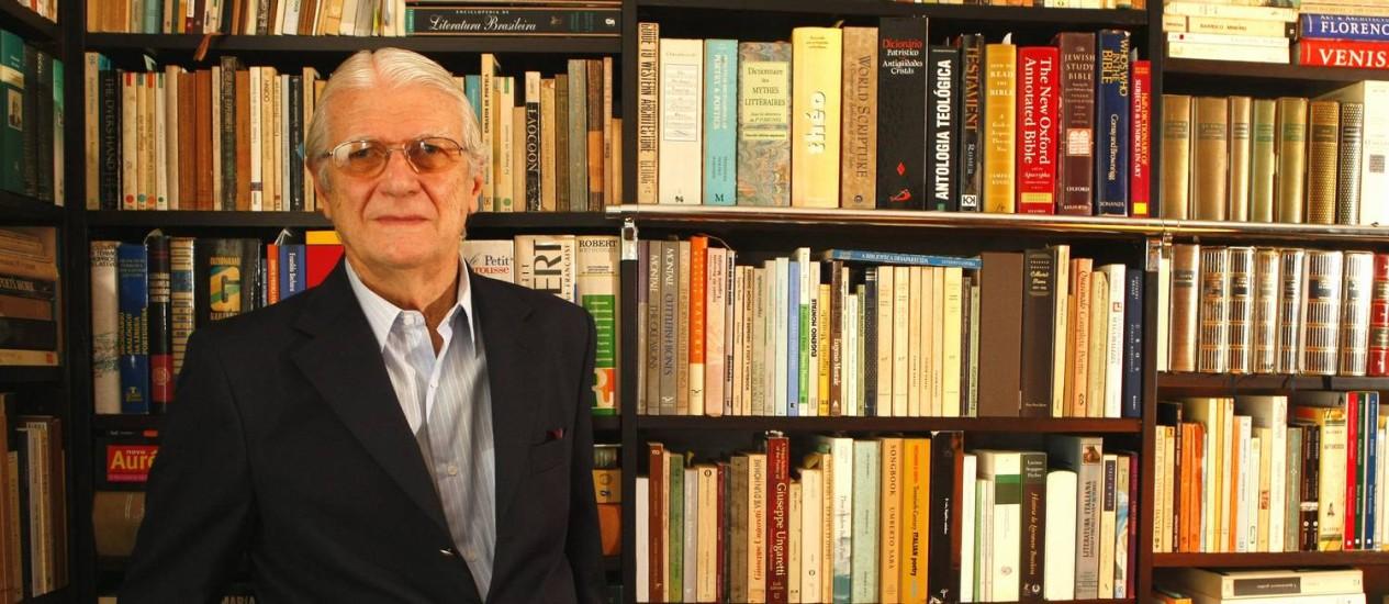 O poeta e crítico literário Geraldo Holanda Cavalcanti é o quinto ocupante da cadeira n.º 29 da ABL. Foto: Marco Antônio Teixeira/02-06-2010