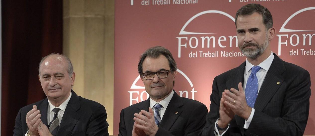 Rei espanhol, Felipe VI (direita), ao lado de ministro espanhol do Interior, Jorge Fernandez Diaz, e do presidente regional da Catalunha, Artur Mas, durante encontro em Barcelona Foto: JOSEP LAGO / AFP