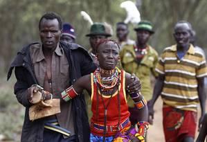 No Quênia, homem leva menina, à força, para cerimônia de casamento, depois que ela tentou fugir Foto: SIEGFRIED MODOLA / REUTERS
