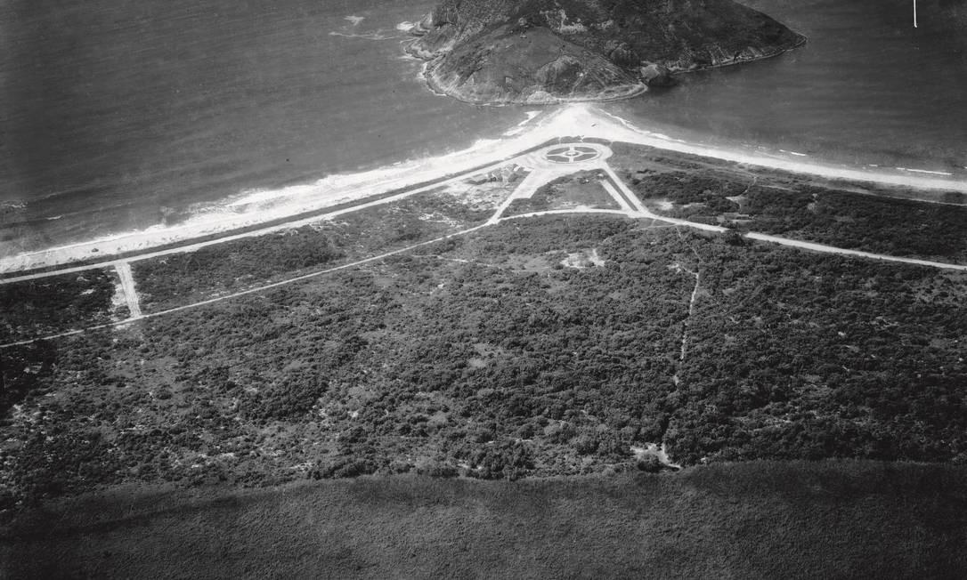 Pontal do Recreio em 1936. Na década de 1920, o inglês Joseph Finch loteou terrenos à beira-mar para construção de casas, criando o então chamado Jardim Recreio dos Bandeirantes. À esquerda, a Praia do Recreio, e à direita, a do Pontal. Museu Aeroespacial