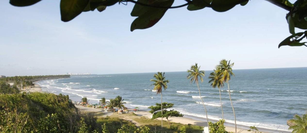Mar aberto e vegetação nativa na Rota dos Coqueiros Foto: Hans von Manteuffel / Agência O Globo