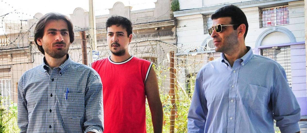 Ex-prisioneiros sírios de Guantánamo, Ahmed Adnan Ahjam (esquerda) e Ali Husein al-Shaaban camiinham por Montevidéu. Ex-detentos agradeceram recepção do povo uruguaio Foto: INES GUIMARAENS / AFP