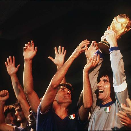 O goleiro Dino Zoff, capitão da Itália na Copa de 1982, ergue o troféu de campeão após os 3 a 1 sobre a Alemanha na final, em Madri Foto: Arquivo Agência O Globo