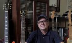 Veterano. Paulinho com seus álbuns solos e o LP que lançou pela Niterói Discos Foto: Freelancer / Fernanda dias