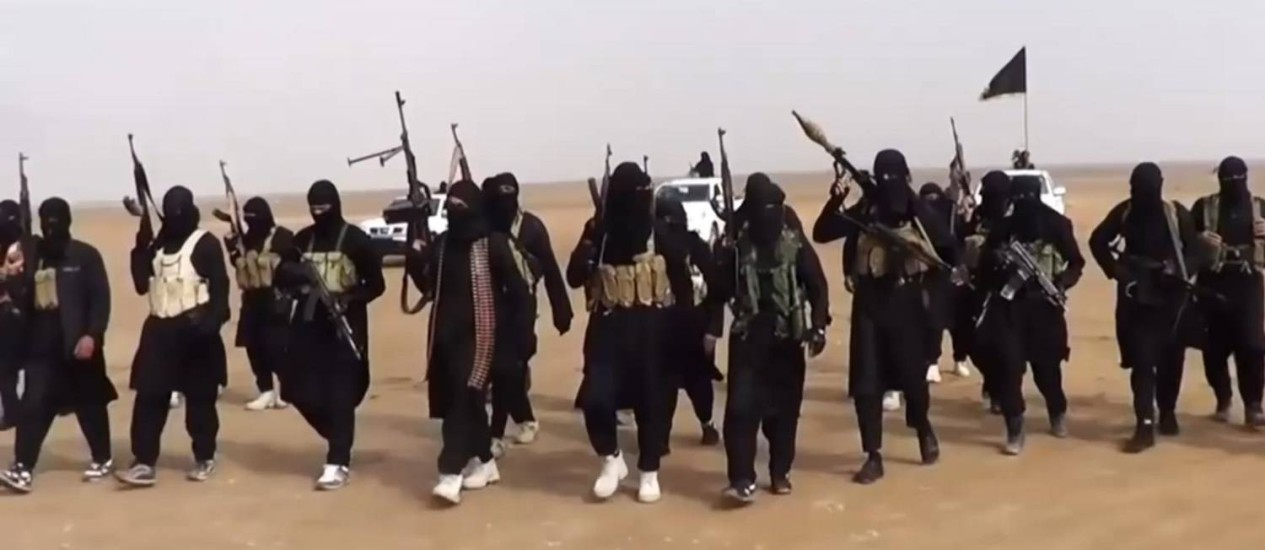 Militantes do Estado Islâmico. Grupo criou força policial para punir violações das leis islâmicas e derrubou helicóptero do Exército iraquiano neste sábado Foto: AFP