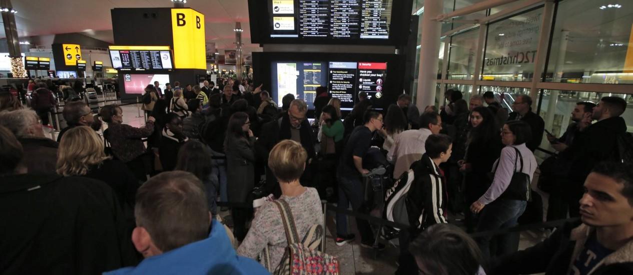 Filas enormes no aeroporto de Heathrow, em Londres, durante período de falha no sistema de controle do tráfego aéreo. 38 voos foram cancelados na manhã deste sábado Foto: Lefteris Pitarakis / AP
