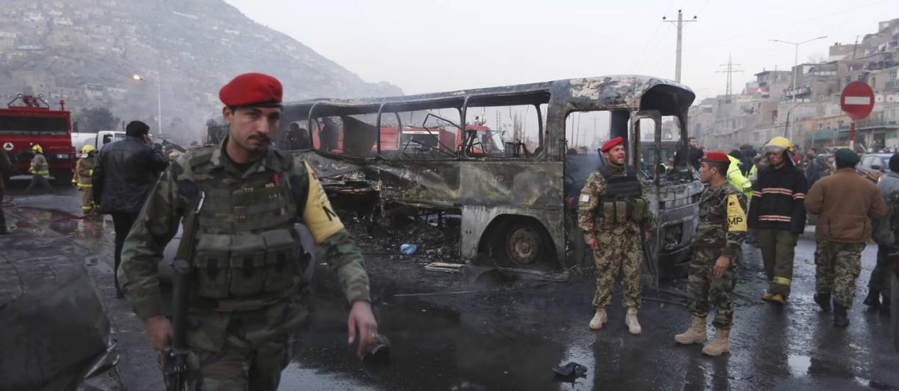 Soldados afegãos no local de ataque suicida contra ônibus. Grupo jihadista realizou série de ataques nos últimos dias, deixando dezenas de mortos Foto: Rahmat Gul / AP