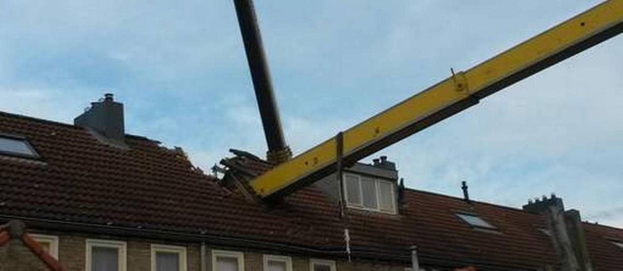 Telhado atingido por guindaste em Ijsselstein, na Holanda Foto: Wim Langejan