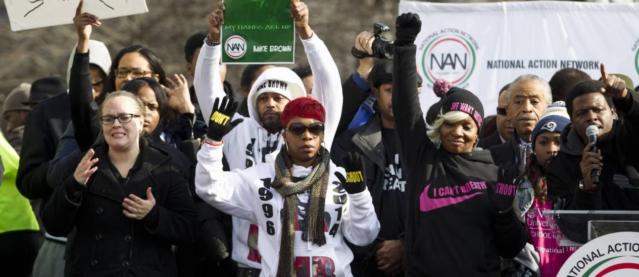 Lesley McSpadden, ao centro, mão do adolescente Michael Brown, morto por um policial em Ferguson, participa de manifestação em Washington Foto: Jose Luis Magana / AP