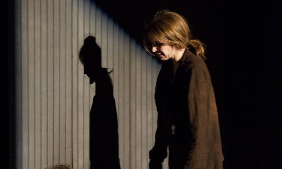 Emílio de Mello e Deborah Evelyn. Eles interpretam personagens violentados e ameaçados Foto: Ana Branco / Agência O Globo