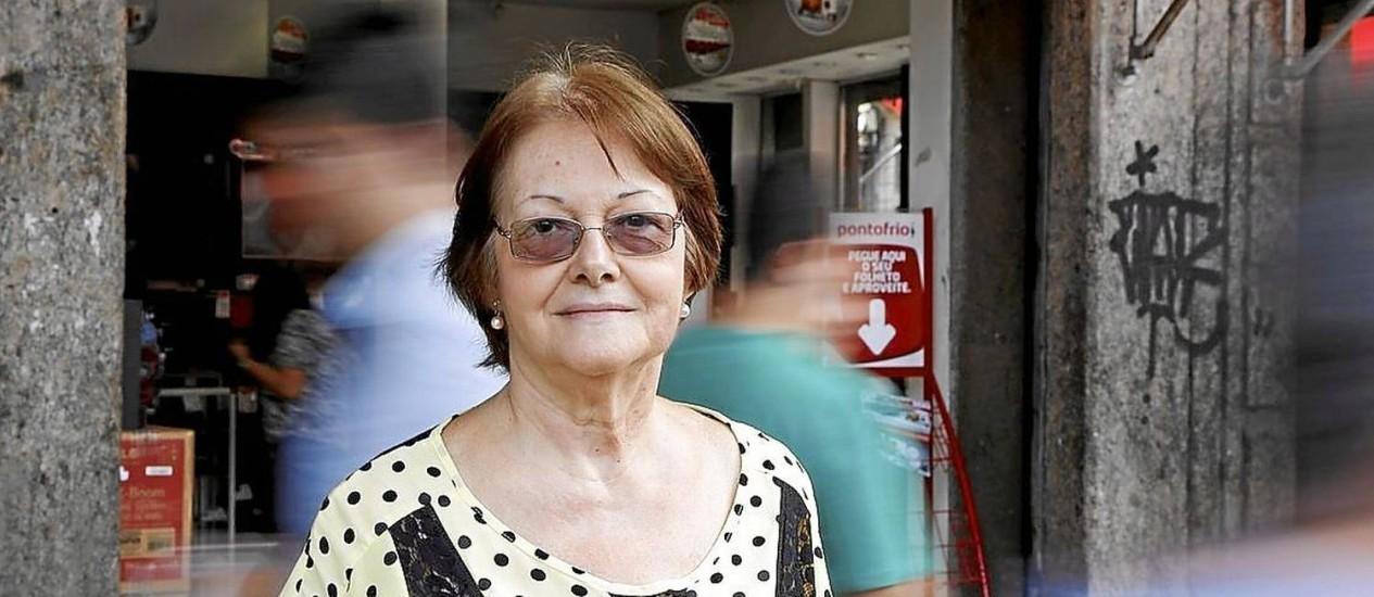 """Praticidade. Maria Cristina Brandão trocou o micro-ondas e está de olho numa geladeira com mais """"possibilidades"""". Foto: Fábio Rossi"""