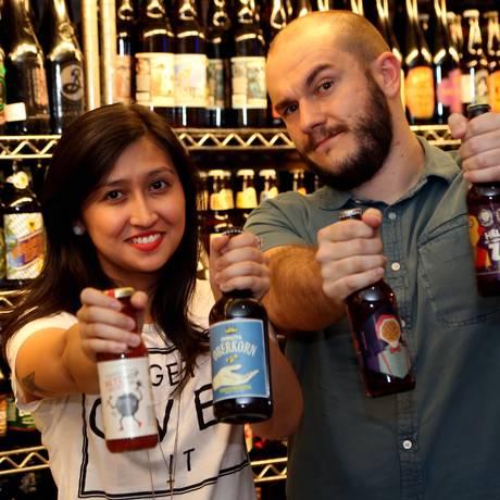 Yumi e Bruno: responsáveis pela reformulação dos rótulos de cervejas artesanais Foto: Fernando Donasci / O Globo