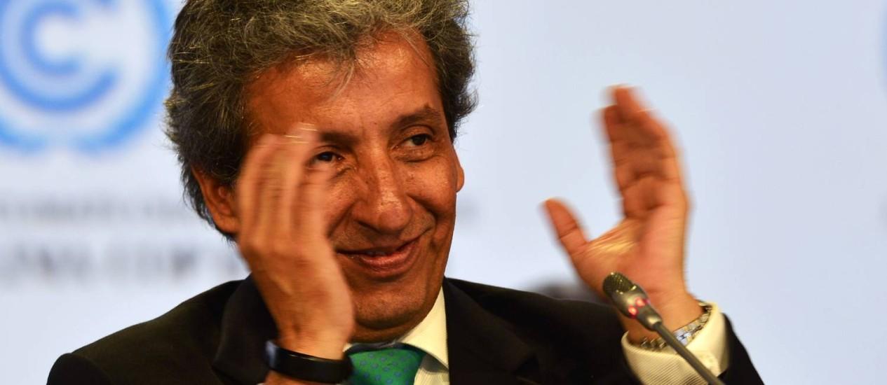 O presidente da COP e ministro do Meio Ambiente peruano, Manuel Pulgar Vidal, aplaude os resultados da conferência Foto: CRIS BOURONCLE/AFP