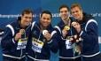 Guilherme Guido, Felipe França, Marcos Macedo e Cesar Cielo com a medalha de ouro no 4x100m medley no Mundial de Doha